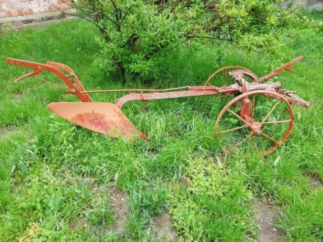 Aratro antico di ferro per aratura a traino