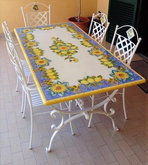 Tavolo in pietra lavica vietrese con base in ferro battuto