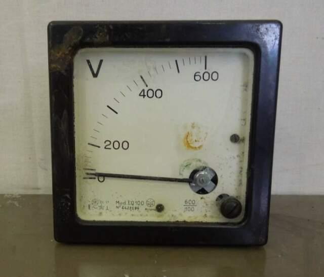 Vecchio voltimetro in ottime condizioni