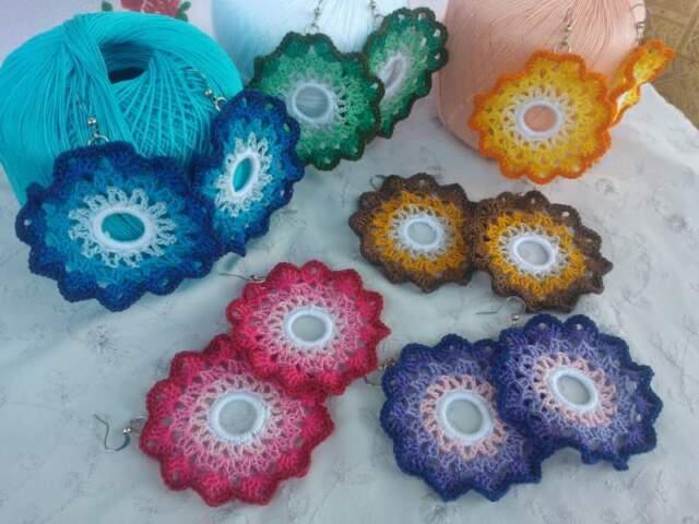 Coppia di orecchini a sole sfumato ad uncinetto in cotone.