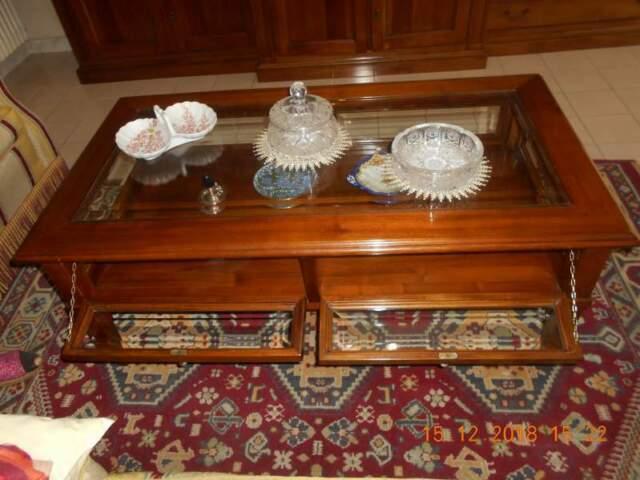 Tavolino in legno massello con sportellini in vetro.