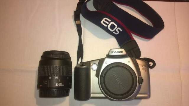 Canon eos  fotocamera analogica con flash e motore