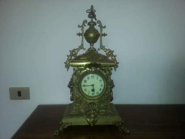 Antico orologio a pendolo in ottone pesante