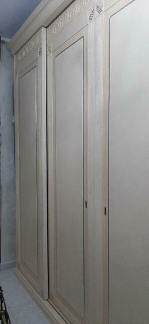 Armadio 4 ante scorrevoli in legno color avorio antichizzato