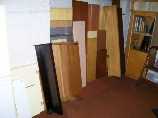 Gruppo di mensole a muro di varie misure e tipologia.