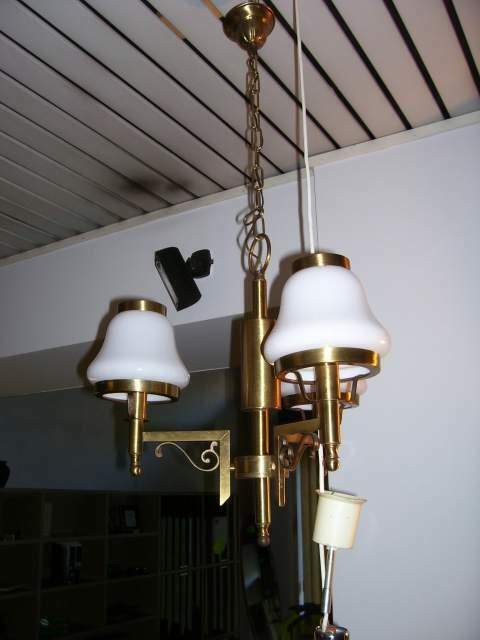 Lampadario Vintage in ottone satinato e vetro bianco.