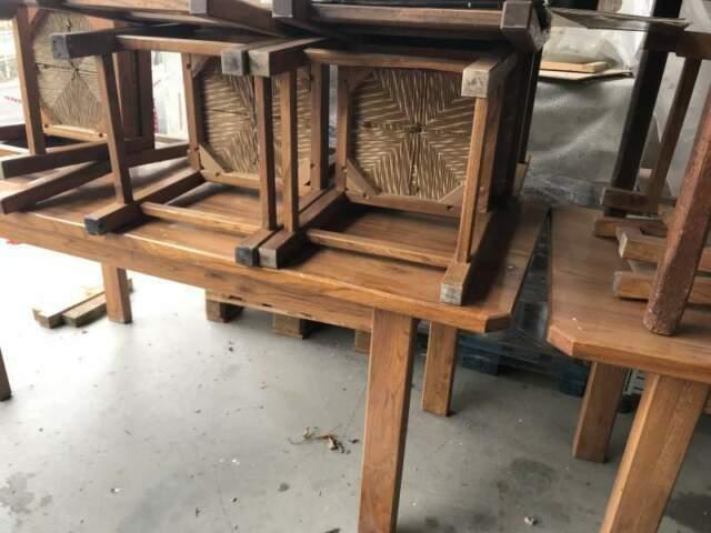 Tavoli è sedie in legno massiccio