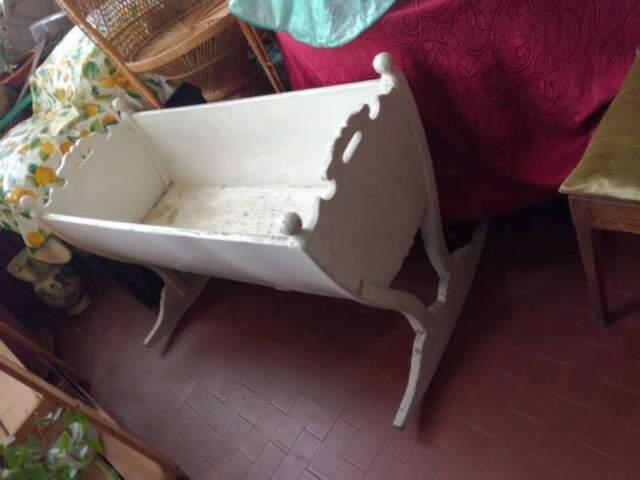 Antica culla in legno massello