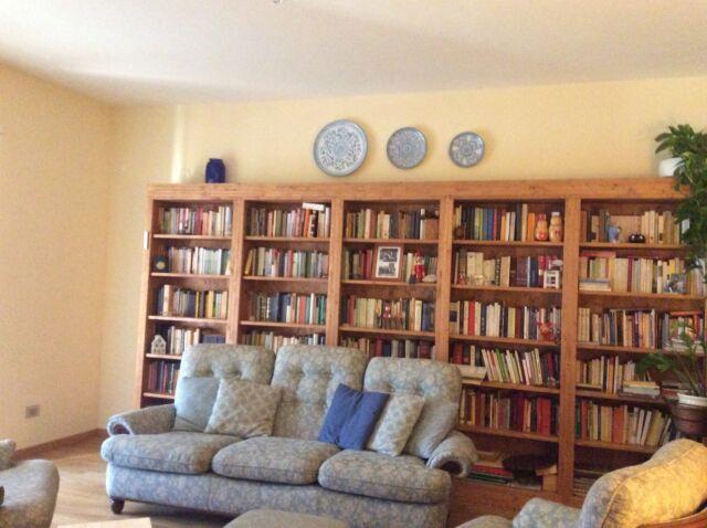 Libreria in abete massello con ripiani aggiustabili