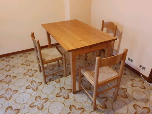 Tavolo da pranzo in legno massello con 3 sedie