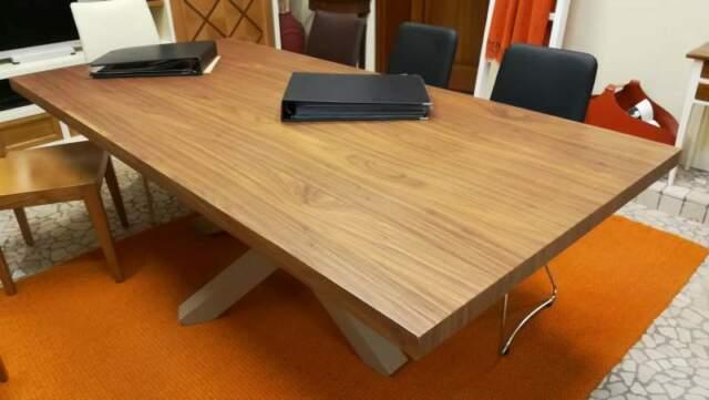 Tavolo moderno in legno massello