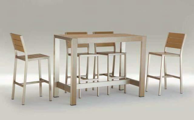 Coordinato composto da un tavolo e sgabelli