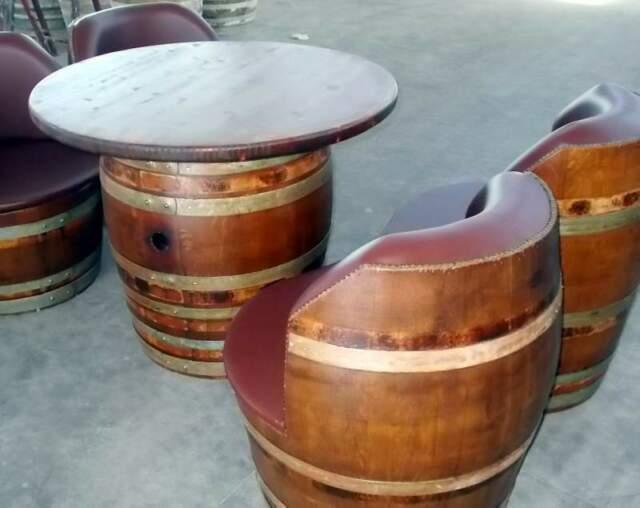 Tavolini tondi con divanetti imbottiti