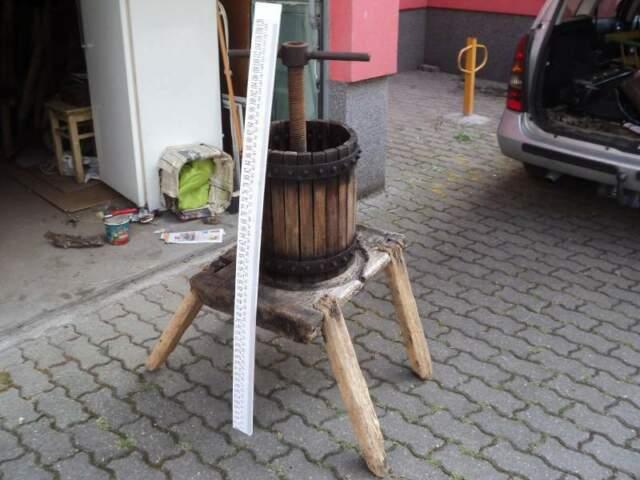 Antico torchio con base in legno