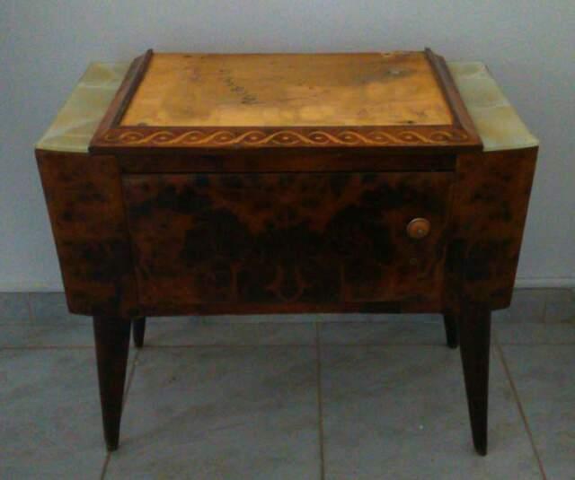 Comodino antico in radica, marmo e cornice in legno