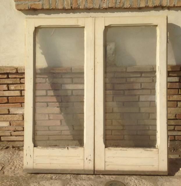 Vecchia finestra in legno massello a due ante laccata bianca