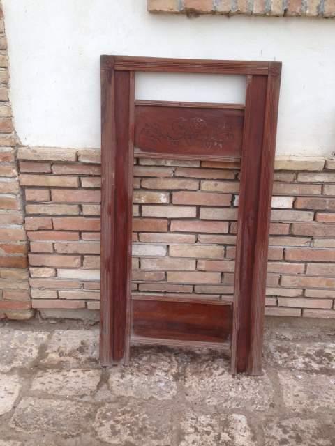 Antica grande cornice in legno massello intagliato per