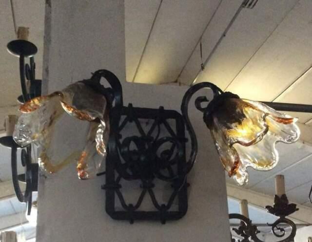 Applique in ferro battuto con paralumi vetro giallo