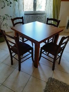 Tavolo con sedie in legno massello