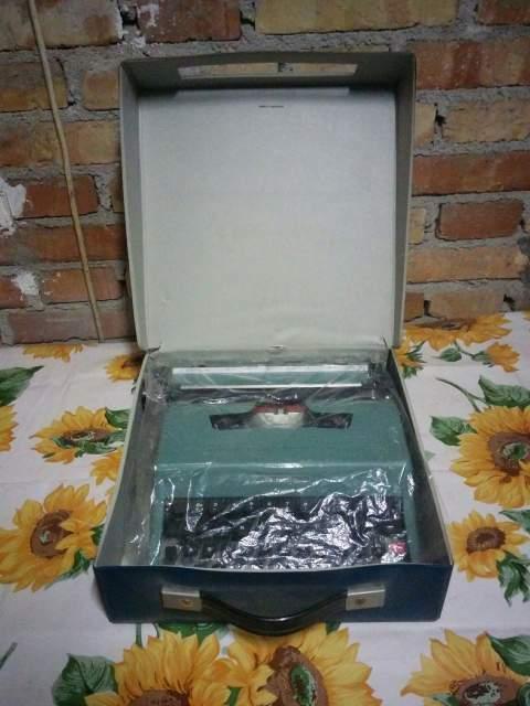 Vendo macchina da scrivere Olivetti Lettera 32 con custodia