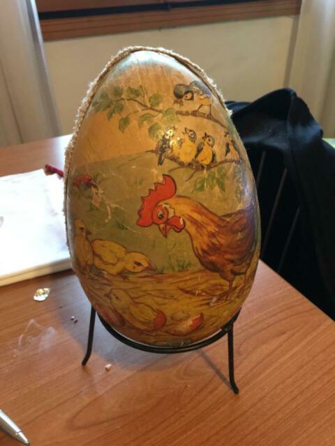Uovo in legno decorato vintage