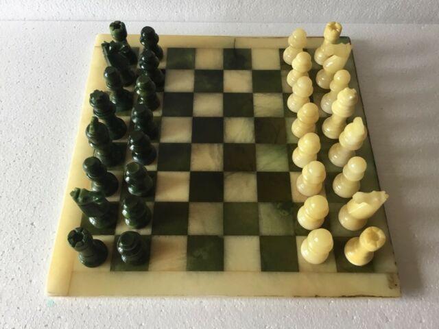 Scacchiera e scacchi in alabastro