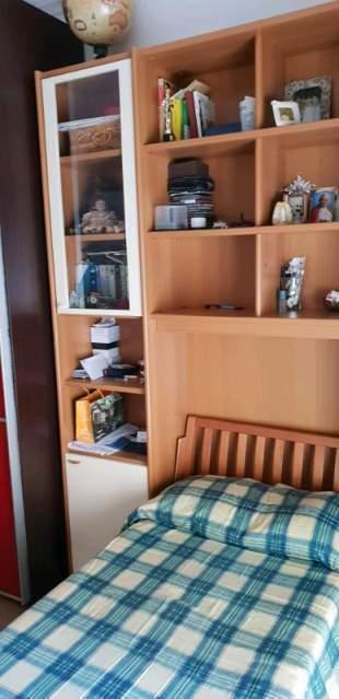Cameretta composta da libreria e due letti singoli in legno