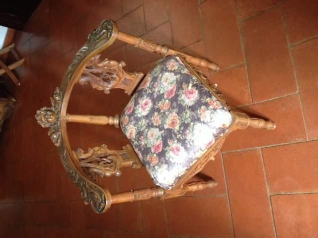 Sedia in legno massello scolpito ad angolo dell'800