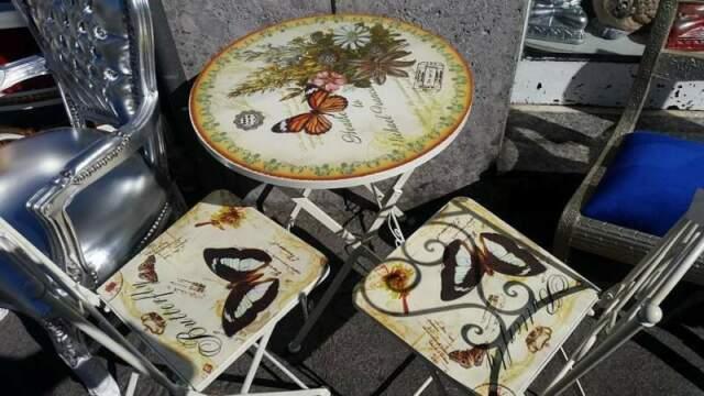 Tavolo con due sedie farfalle etnico