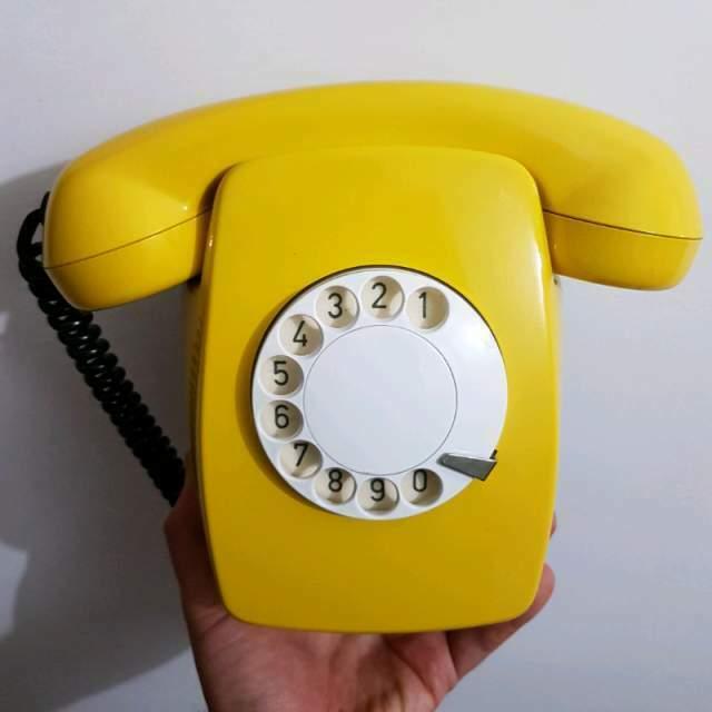 Telefono giallo nuovo disco vintage parete muro