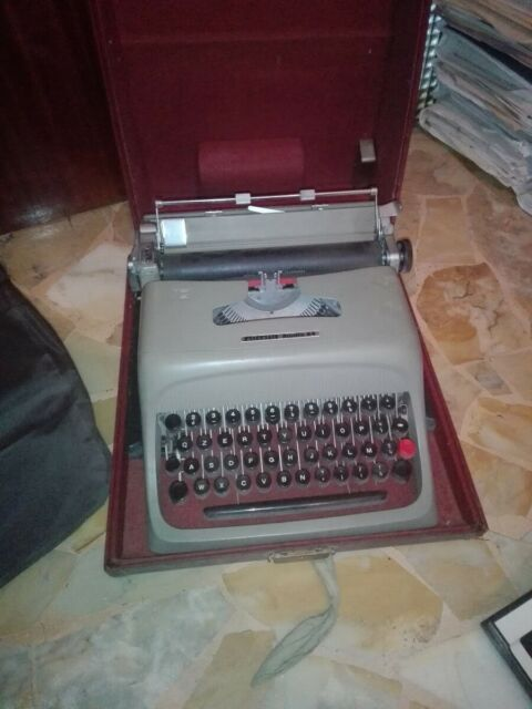 Macchina da scrivere Olivetti 44
