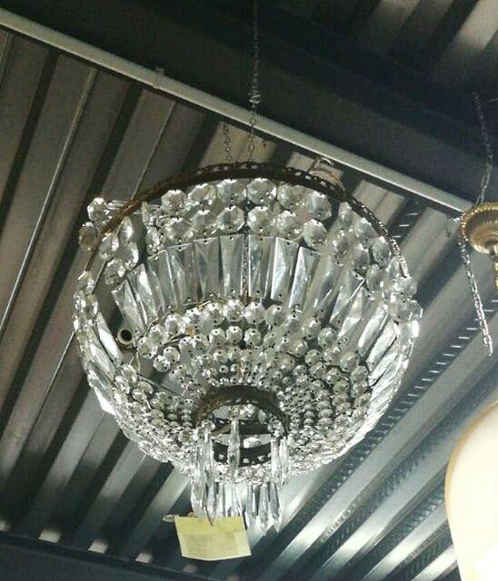 Lampadario in ottone con pendenti in vetro