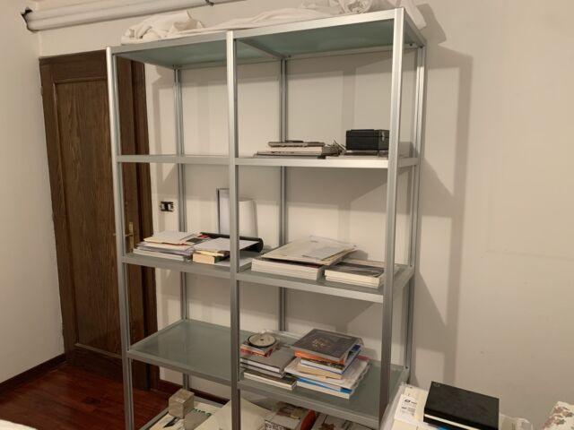 Libreria in metallo e vetro