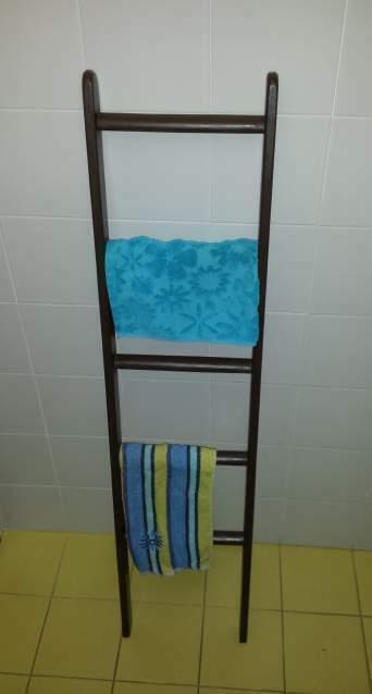 Scaletta porta asciugamani in abete laccata color terra