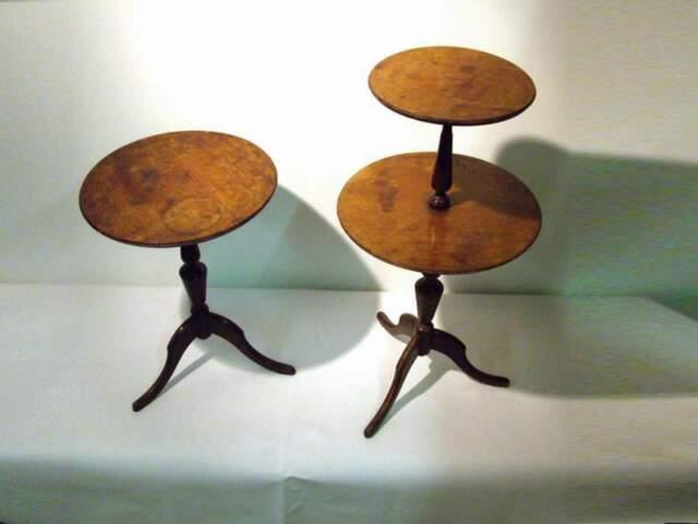 Coppia di tavolini in legno con piani d'appoggio