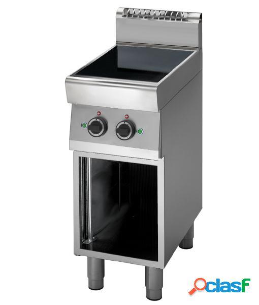 Cucina professionale a induzione su armadio aperto con 2