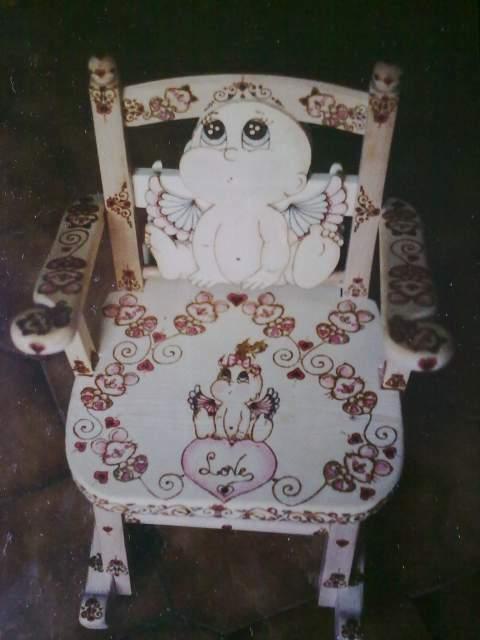 Sedia a dondolo di legno pirografata