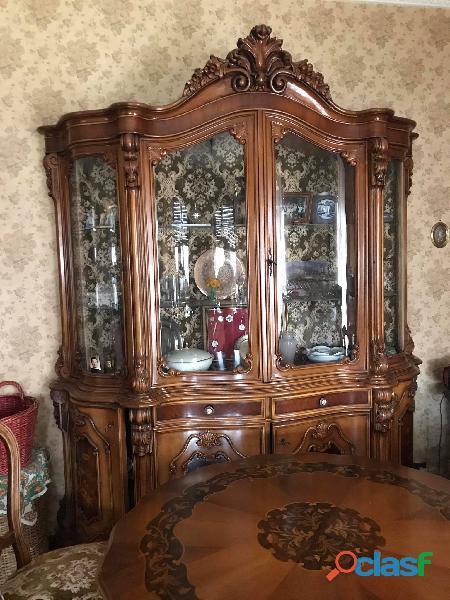 Mobile salone stile Barocco e tavolo con sedie