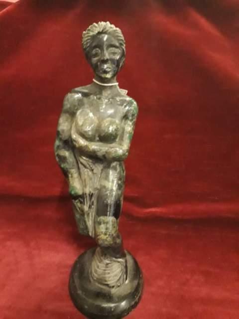 264 - scultura donna al bagno in radice di smeraldo