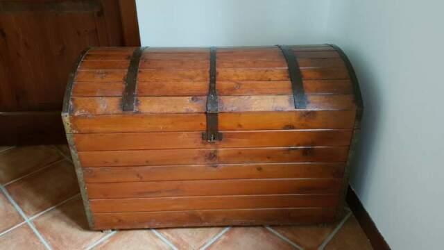 Antico baule forziere in legno e metallo