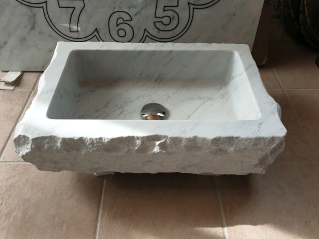 Lavandino in marmo Bianco Carrara.