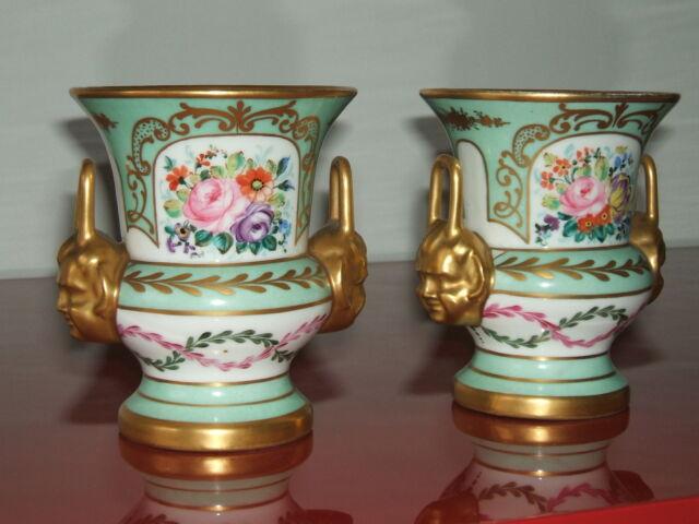 Coppia di anfore antiche in porcellana dipinte a mano,