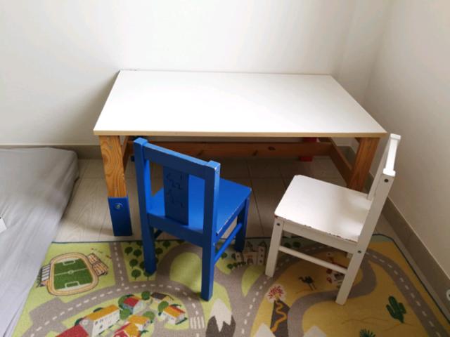 Tavolo bimbi Ikea con due sedie.