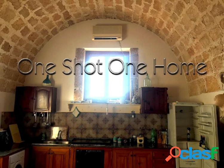One Shot One Home vende villa con piscina - Isola
