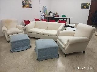Soggiorno composto da divano, poltrone e pouf integri e com