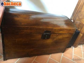 Antico baule in legno