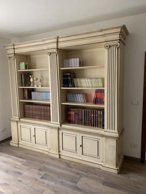 Libreria in legno massello spalle apribili su misura