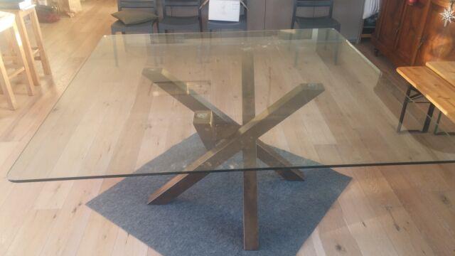 Tavolo con 4 gambe in ferro incrociate e piano vetro
