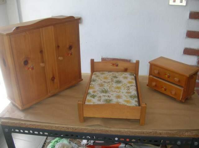 Mobili giocattolo in legno per camera da letto e cucina.