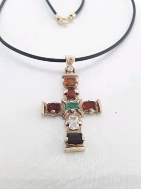 Croce in oro giallo e Pietre, collana caucciù e chiusura